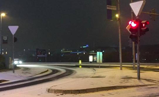 Sneg se ponekod po državi oprijema cestišča. Foto: Maribor24.si
