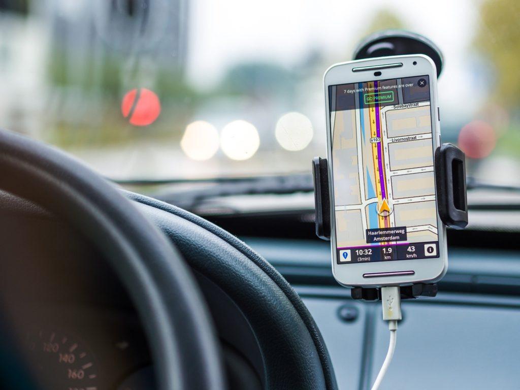 telefon v avtu