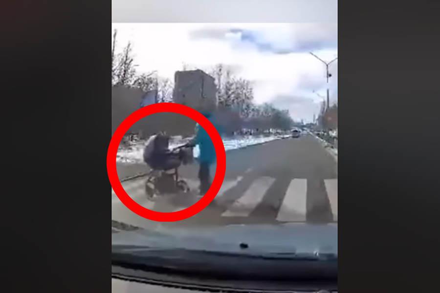 otrok v vozičku