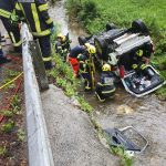 Vitanje: Avto na streho v potok, dva poškodovana